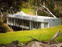 横跨小溪的澳大利亚桥式别墅