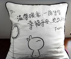 卧室的绚烂多姿布艺抱枕让家变得生动多姿
