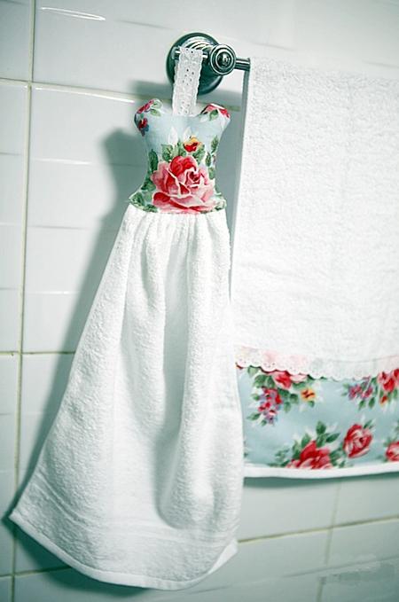 纯白色的毛巾也可以添加DIY装饰