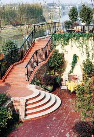 功能分区    而在下层庭院宽阔的方形区域中,设计师靠墙摆放了烧烤台