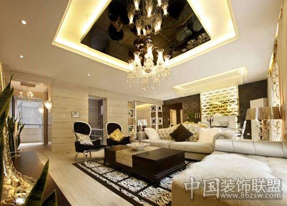 欧式风格配饰营造出了一个温馨浪漫的睡眠环境,让人有一种非常舒适的感觉,古典实木床,体现了主人的高贵  豪华的家居也不忘在小的地方可爱一把,看卫浴的粉色小地毯和坐便套,是不是很可爱呢?  通过完美的典线,精益求精的细节处理,带给家人不尽的舒服触感,达到欧式风格的最高境界和谐。