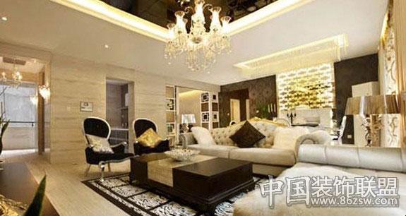 融合浪漫与奢华,讲究品味与安逸的欧洲,创造出浑然大气的欧洲家居风格。  欧式家具一定要材质好才显得有气魄,大多采用白色、淡色为主,可以采用白色或者色调比较跳跃的靠垫配白木家具。另外靠垫的面料和质感也很重要,丝质面料则更显高贵。
