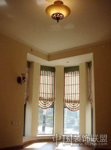 这个窗户中间有三根柱子,选择这种向上拉的扇形窗帘,效果十分好