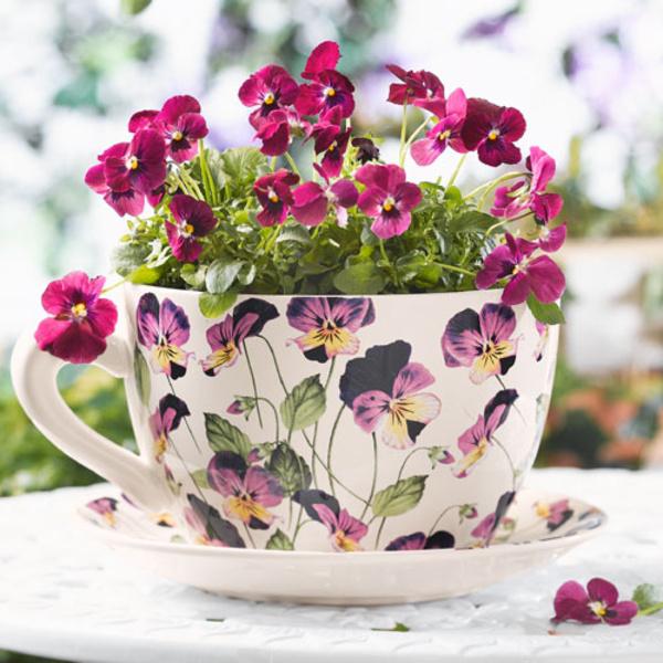 用餐具装载美丽的鲜花装点家居