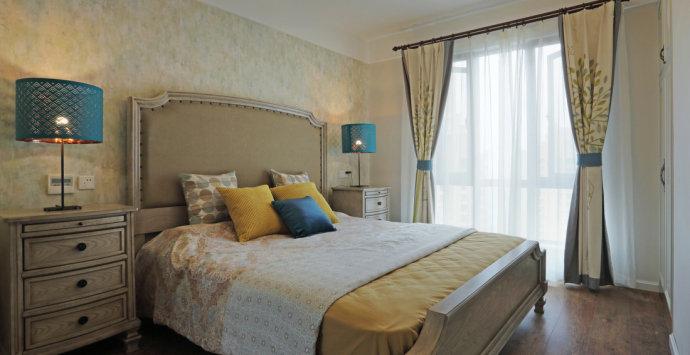 朝南的长方形卧室的装修效果图