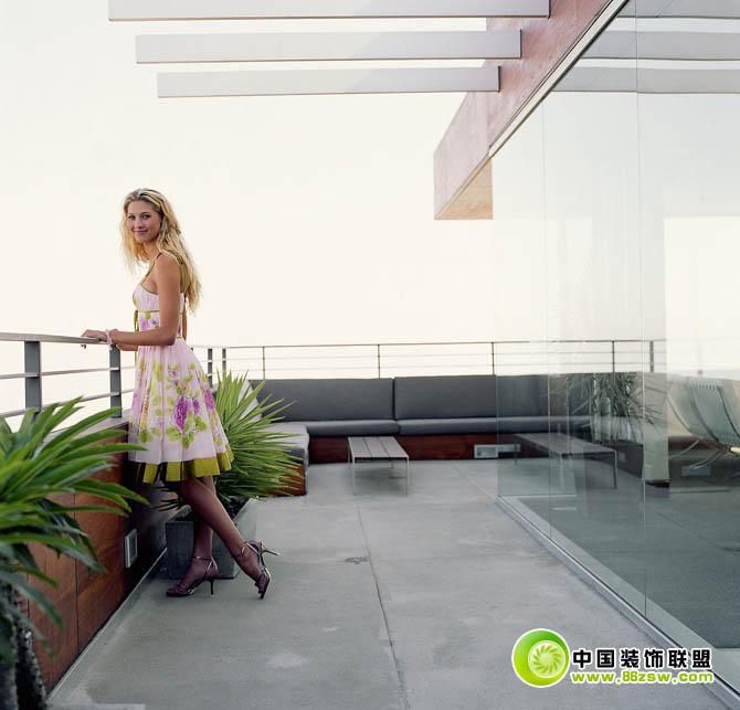 别墅落地窗前的女人 整套大图展示 美女图片 八六装饰网装