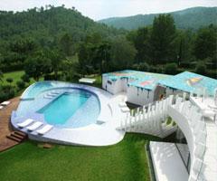 绿水青山环抱着西班牙豪华别墅