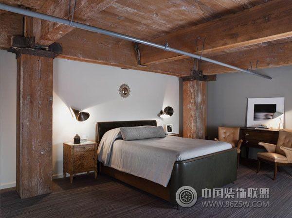 八根红木木材的柱子,一直连接到到天花板