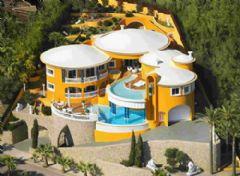 明亮的橙色西班牙临海别墅