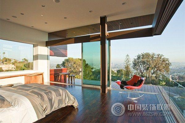 这是位于美国加州豪宅区好莱坞山的一幢别墅,由著名的David Thompson and Kevin Southerland建筑师事务所设计。别墅采用了简洁的内柱结构,所有外墙采用了完全开放的形式,使室内空间与室外的空间结合成一体,打开开放式的门墙之后,客厅与室外的游泳池连成一片,融入于一个空气流畅的自然空间内,室内外的生活融入于一体,每天都充满着度假般的快乐心情。我们也可以从这家居设计与布置之中,看到美国富豪们的家居更加注重生活中的现代感和个性化,而并非极度夸张的奢华,开放式的厨房和餐厅的布置也显现淳朴的