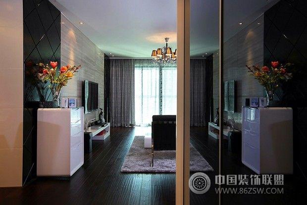 明媚的阳光从偌大的落地窗照射进来,客厅内的光线是相当的好呢。大面积的灰镜也大大的提升了空间,在极简的黑白主题色彩下,加入极精致的搭配,融合各种精致元素,居室的品质在细节中得到无限的升华,打造出无比设计感的家。
