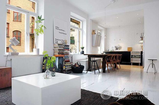 设计理念: 位于瑞典首都斯德哥尔摩,只有78平方的客租公寓,将北欧风格展现得淋漓尽致,比较适合于单身白领居住,厨房,饭厅和客厅于一体,开放式的设计,透过厨房,还有一个温馨的小阳台,望去四周的风景,尽收眼底。书房与卧室相连,窄小的书房里书柜与休息区,整个室内都有很多书架,透出一些书香的芬芳。