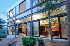 树林环绕中的优雅住宅