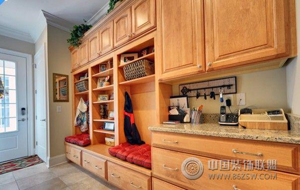 欧式客厅非常需要用家具和软装饰来营造整体效果