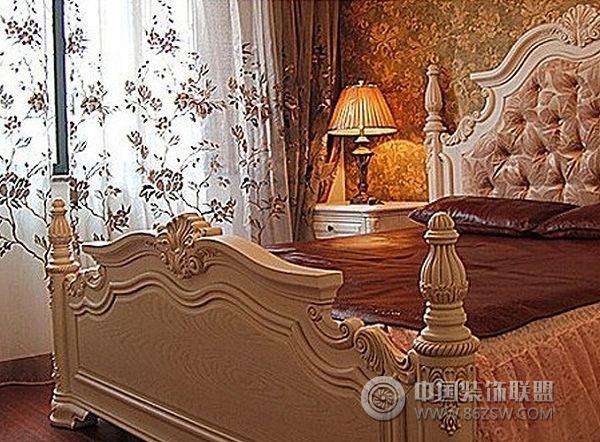 花式的墙布与颜色厚重的织物是营造华丽欧式最常见的元素.
