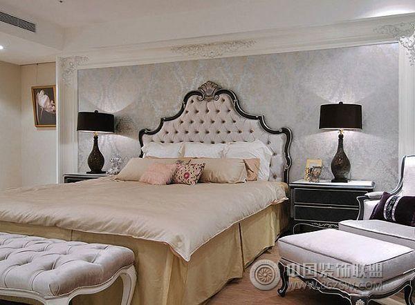 欧式风格四室居装修效果图 本案例为西式古典,装饰风格的居室色彩主调为白色,采用古典弯腿式家具。不露结构不见,强调表面装饰,多运用细密绘画的手法,具有丰富华丽的效果。多采用有图案的壁纸、地毯、窗帘、床罩、及帐幔以及古典式装饰画或物件,为体现华丽的风格,家具、门、窗多漆成白色,家具、画框的线条部位都用灰镜材质,整个宽敞、明亮。