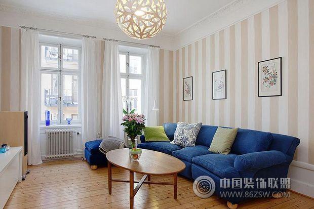 设计理念: 摒弃北欧风中常见的白墙,本案例中设计师将进门的餐厅墙面涂成了绿色,加上厨房墙面绿色闪亮的马赛克,给人带来清新和生机。客厅则采用了柔和的条纹墙纸搭配宝石蓝沙发,鲜艳的花朵窗帘和淡黄色墙面搭配的儿童房也是设计中的一大亮点。