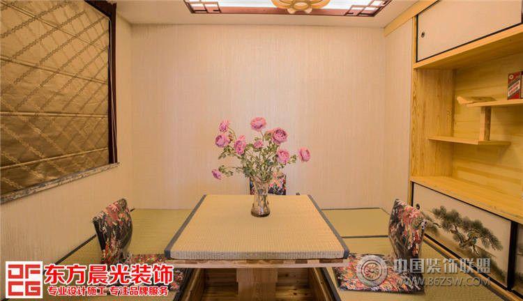 设计师:王利强 面积:235平方米 风格:古典 此案采用古典中式风格的别墅设计,整个空间蕴含着传统设计文化的优雅意蕴,本案例在色彩上采用暖黄色系,多处运用粉色花朵衬托情调和意蕴,演绎了一种浪漫风格的内敛与简洁。 别墅客厅整体设计简洁美观,客厅中央摆放原木家居,木质座椅配以红色印花丝绸软靠垫,清雅大方。