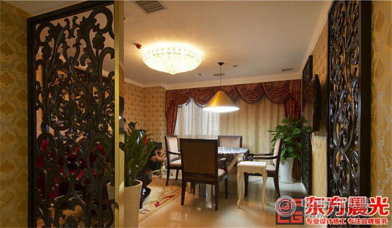 设计理念: 富丽堂皇的高级会所设计,打造高端休闲娱乐生活享受!金碧辉煌的色调,精致整齐的摆设,整个高级会所装修个性独特、气质优雅,高洁之气在整个空间流露,脱颖而出,给人留下深刻印象。 大厅沙发素洁大方,与周围景观保持一致色调。暖色系水晶灯姿态从容悬挂于壁,宛若温文矜持的窈窕淑女。整个背景墙采用木质门型设计,墙壁悬挂欧式框画,古典大气。 餐厅布置水晶灯一帘幽梦般珠帘垂下,古典欧式桌椅整齐有序陈列着,几盆绿植清新了空气,活跃了氛围。 高级会所装修的小包间休闲区采用镂空雕花隔断,精致美观。巨大落地窗前白色纱帐垂