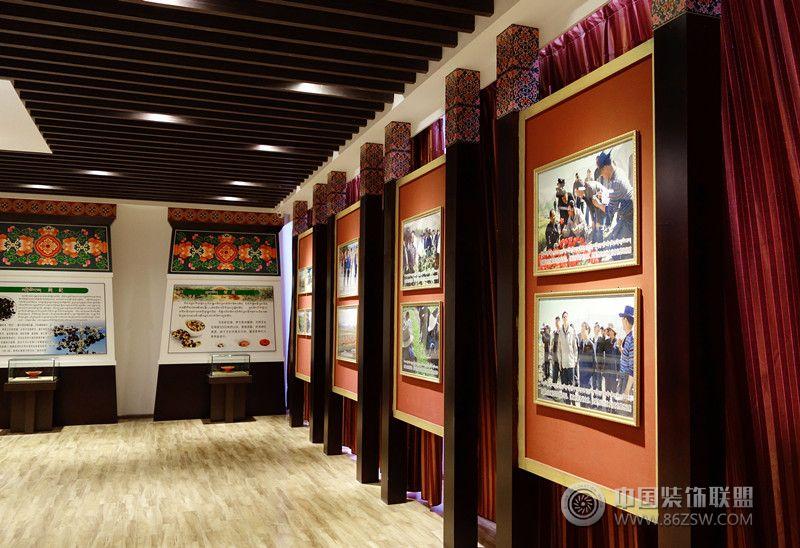 设计理念: 作品名称: 西藏拉萨农耕藏药材博物馆 作品地址: 西藏自治区曲水县才纳乡 作品面积:  设计完成时间: 2014年3月 设计思路: 拉萨市政府打造的第一个农耕文化为题材的藏药材博物馆,依托项目所在地的净土农庄为基础,用吐蕃贡坊的产品生产工艺打造出又一个全新的藏医药文化展示空间。 空间布局: 为充分的展示藏医药文化的药材品质,讲展厅分为四个部分:前厅(接待大厅)、藏医药文化展示厅、藏医药材、农产品展示厅、公共服务区。 在前厅部分是表达项目藏式风格空间的关键,利用墙面较充分的空间进深度和藏式背景墙