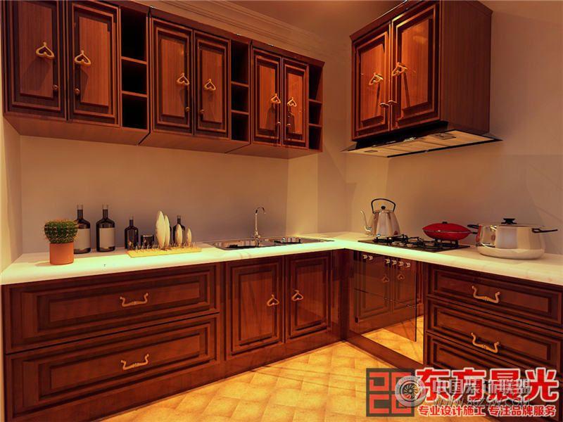 别墅设计的餐厅红木家具芳香四溢,中式柜架上梅兰竹菊图案精雕细