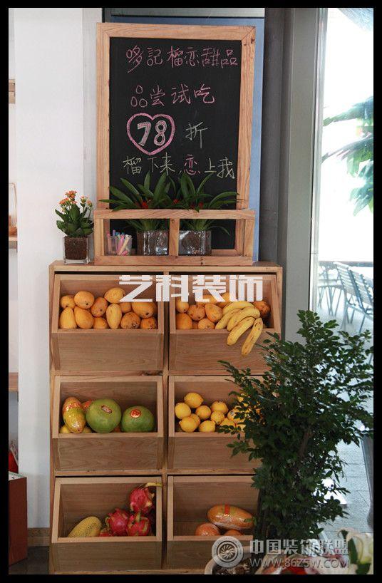 该项目于2013年5月份完工,位于青岛百丽广场西区,主打港式甜品,是岛城第一家东南亚风格港式甜品店,以马来西亚原产进口榴莲为原料,身在岛城,就可品尝正宗的马来西亚原产榴莲,独家明星产品-猫山王。产品全部为每日新鲜水果制作,无任何添加剂。装修的整体风格也已原木为主,灯光上相对明亮轻快一些,配合榴莲的主题延伸制作了类似榴莲灯等软装饰品。主要客户群涵盖各年龄层,因此在设计时以柔和轻快及亲近人为原则,将明亮的撞色与榆木制品相结合,加上设计师与店主后期精心的软装设计,从而打造出整体舒适的坏境体验。