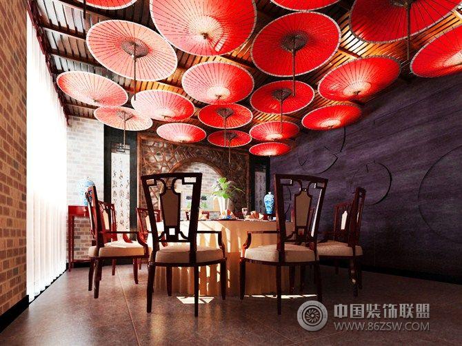 设计说明:强烈的颜色对比凸显出用餐环境的神秘性,顶部采用油毡纸的