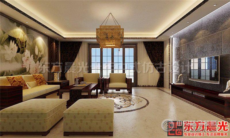 设计理念: 此新中式风格别墅设计效果图整体色调为米黄色,淡淡的色彩,暖心的设计,为您打造一个温馨舒适的家居环境。新中式风格追求简单大气、空灵素净。在简单的装修装饰中享受精致高雅有内涵的家居生活。 新中式风格别墅设计效果图客厅一幅大型荷花图做背景,菱格纹镂空木门做画框,人立于此如遨游在画境之中,传统中国风韵味十足 。淡金色沙发搭配红木茶几,去除单调色彩活跃了整个空间的气氛。墙壁上鱼缸里绿油油的海藻和给客厅营造了一道亮丽的风景。 一盏仿古印花吊灯散发着暖暖的灯光,回味悠长。红木电视柜旁的花几上摆放一株绿植,足