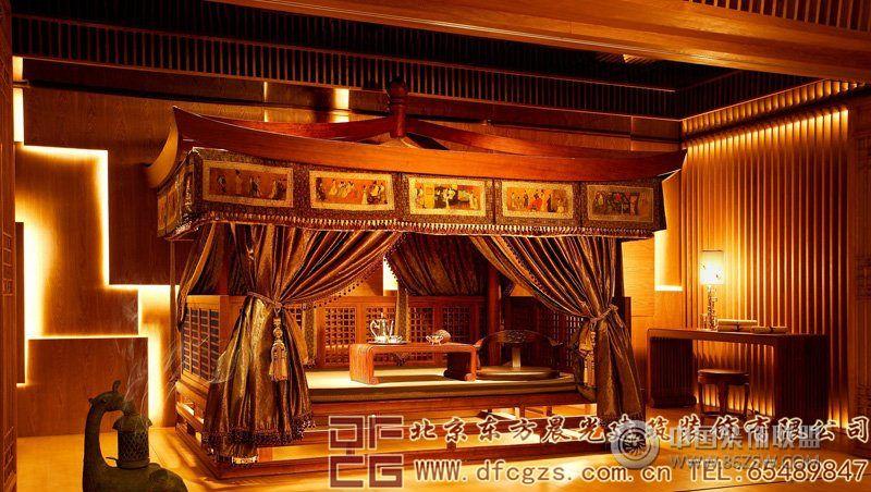 设计理念: 我们可以看出,这是一套中式红木家具展厅设计。要知道,我们家居生活之中,红木家具属于很名贵的家具类型之一,我们设计展厅的时候,对于展厅之内的灯光布置,要求是很高的。且四周气氛也是一定要更好的烘托出整个展厅的产品特点。给展厅创造出一种别致而优雅的效果来。尤其是设计师种种现代艺术格调的使用,古色声响,展现出家具展厅高雅的气氛来。 四面木雕隔断,墨香瑰宝,给人们带来儒雅的文化氛围。 大厅之内红木家具和镂空隔断,精致典雅,引人入胜。 辉煌的灯具设计,以及高档的红木家具,古雅优美,增加了浓郁的古典文化气息