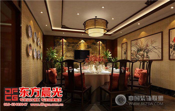 中式饭店设计重在室内空间的布局规划和环境氛围营造,空间的舒适性也会直接作用于用餐者的情绪,是影响着客户对整个饭店评价的一个重要因素,不容忽视。一个精致优雅灵活宽敞的包间环境,能提升用餐者的愉悦度和好感度。此案的中式饭店设计古色古香,恬静幽雅,中国山水画烘托意境,中式吊灯与配饰装点着氛围,再配以古意浓郁的餐桌餐椅,点点滴滴的勾勒提升了整个饭店的档次,整洁高雅的气息自然飘散开来。