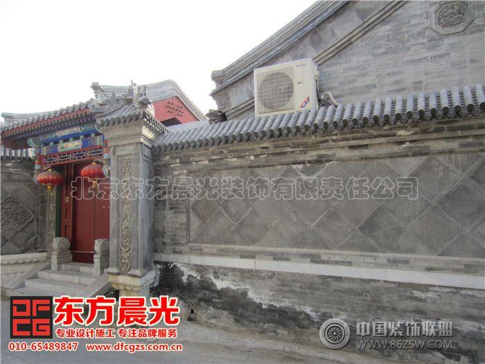影壁,也稱照壁,古稱蕭墻,是中國傳統建筑中用于遮擋視線的墻壁。舊時人們認為自己的住宅中,不斷有鬼來訪。如果是自己祖宗的魂魄回家是被允許的,但是如果是孤魂野鬼溜進宅子,就要給自己帶來災禍。當然,影壁也有其功能上的作用,那就是遮擋住外人的視線,即使大門敞開,外人也看不到宅內。影壁還可以烘托氣氛,增加住宅氣勢。在四合院設計和古建裝修設計中,影壁墻的運用非常普遍,他是與房屋、院落相輔相成、不可分割的。雕刻精美的影壁蘊含著精細的傳統文化,并具有很高的建筑和審美價值。 北京東方晨光裝飾有限責任公司專業承接四合院影壁墻