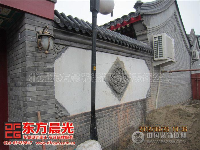影壁,也称照壁,古称萧墙,是中国传统建筑中用于遮挡视线的墙壁。旧时人们认为自己的住宅中,不断有鬼来访。如果是自己祖宗的魂魄回家是被允许的,但是如果是孤魂野鬼溜进宅子,就要给自己带来灾祸。当然,影壁也有其功能上的作用,那就是遮挡住外人的视线,即使大门敞开,外人也看不到宅内。影壁还可以烘托气氛,增加住宅气势。在四合院设计和古建装修设计中,影壁墙的运用非常普遍,他是与房屋、院落相辅相成、不可分割的。雕刻精美的影壁蕴含着精细的传统文化,并具有很高的建筑和审美价值。 北京东方晨光装饰有限责任公司专业承接四合院影壁墙